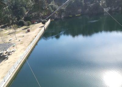 Tirolina sobre lago